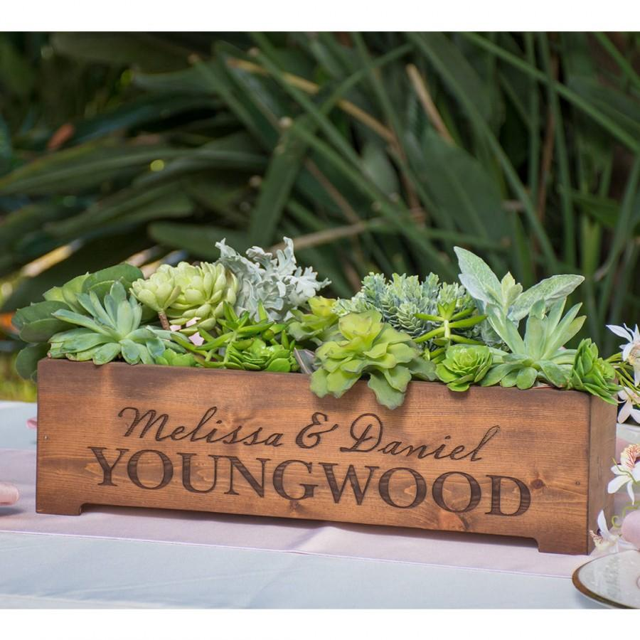 Mariage - Personalized Rustic Wood Planter Box Wedding Centerpiece Vase - First Names and Last Name, Custom Text Engraved