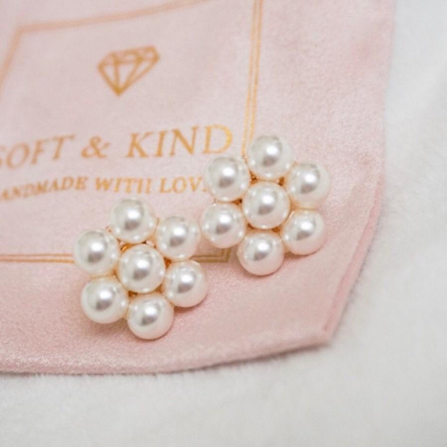 Свадьба - Pearl stud earrings, Kate middleton flower earrings, Wedding pearl earrings, Bridesmaid gift, Mothers day gift, Bridal earrings