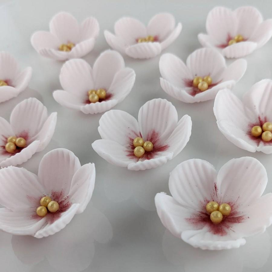 Свадьба - 12 Cherry Blossoms, Edible Gum Paste Flower, cupcake and wedding cake toppers, assorted colors, amounts and styles available