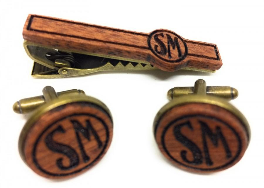Hochzeit - Personalized Engraved Wooden Tie Clip/Cuff Link Set. Available in Gold, Silver or Bronze Metal Finish