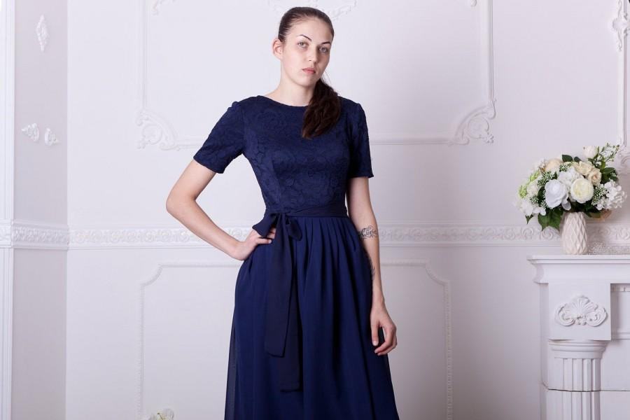 Mariage - Navy blue bridesmaid dress with short sleeves. Knee lenght navy cocktail dress. Modest blue lace dress junior bridesmaid, plus size