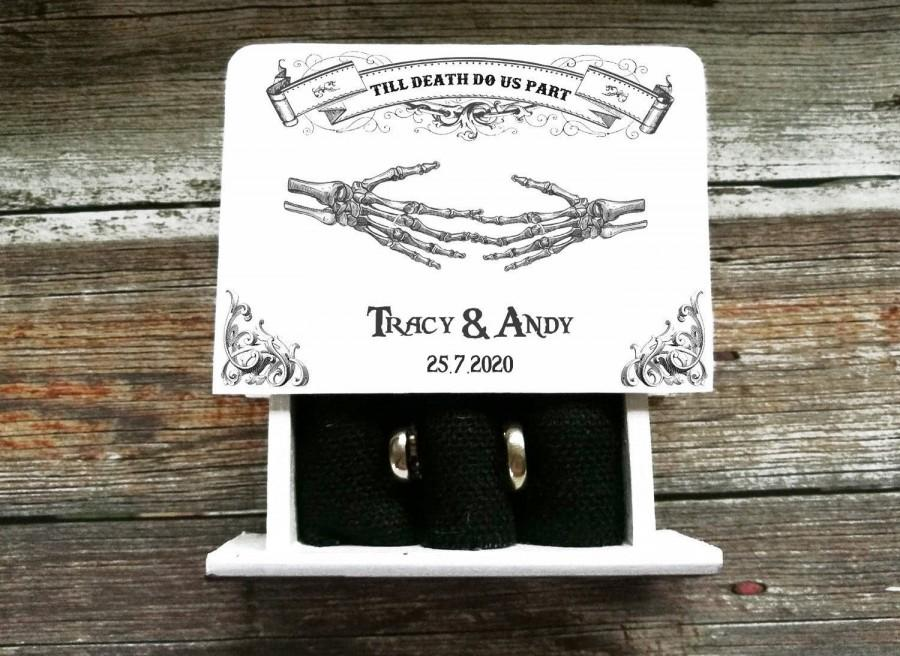Mariage - Gothic wedding ring box Skulls Ring box Gothic Ring bearer box Halloween wedding White Personalized Wedding box Day of the Dead Proposal box