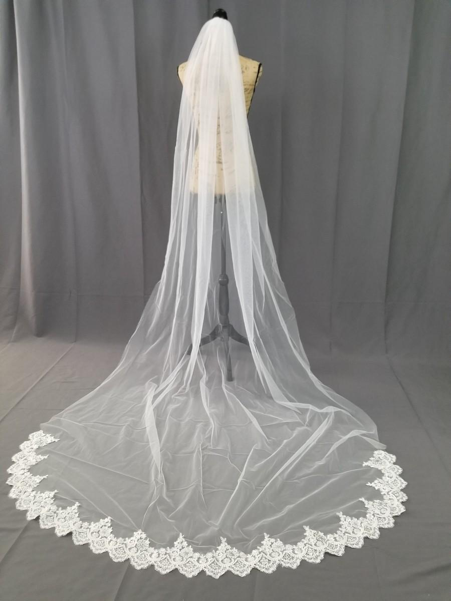 Mariage - Cathedral white or light ivory lace veil, simple bridal veil, long veil with sequin lace edge