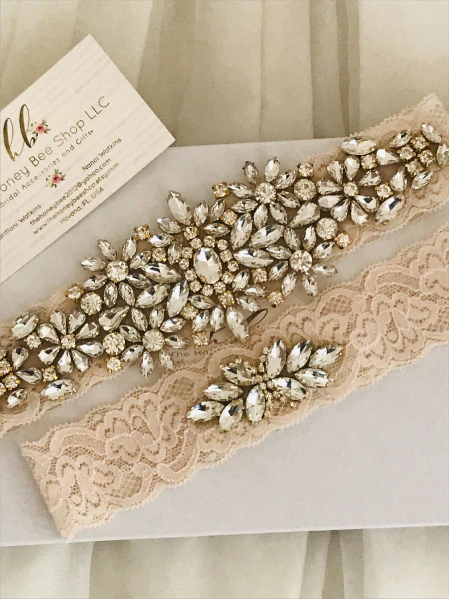 Mariage - Gold wedding garter set, no slip grip blush lace garter toss and keepsake. Antique white cream rhinestone lace bridal garter belt plus size