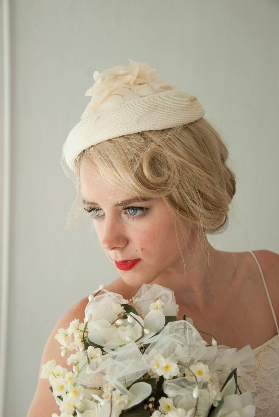 Mariage - Vintage white floral veil hat, organza floral pillbox, netting, ivory 1950s wedding formal pin-up mid-century