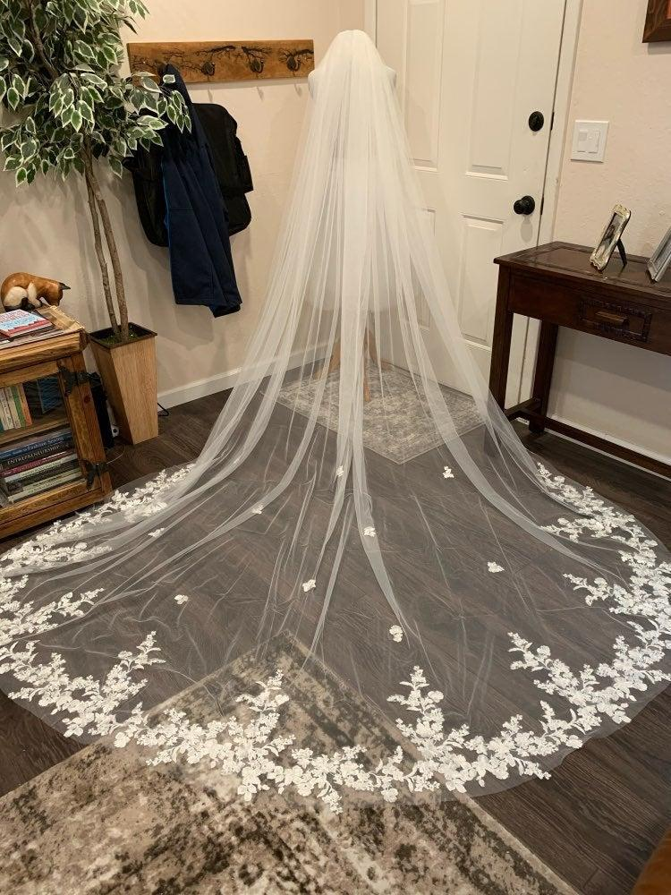 Mariage - Cathedral white or light ivory lace veil, simple bridal veil, long veil with lace edge