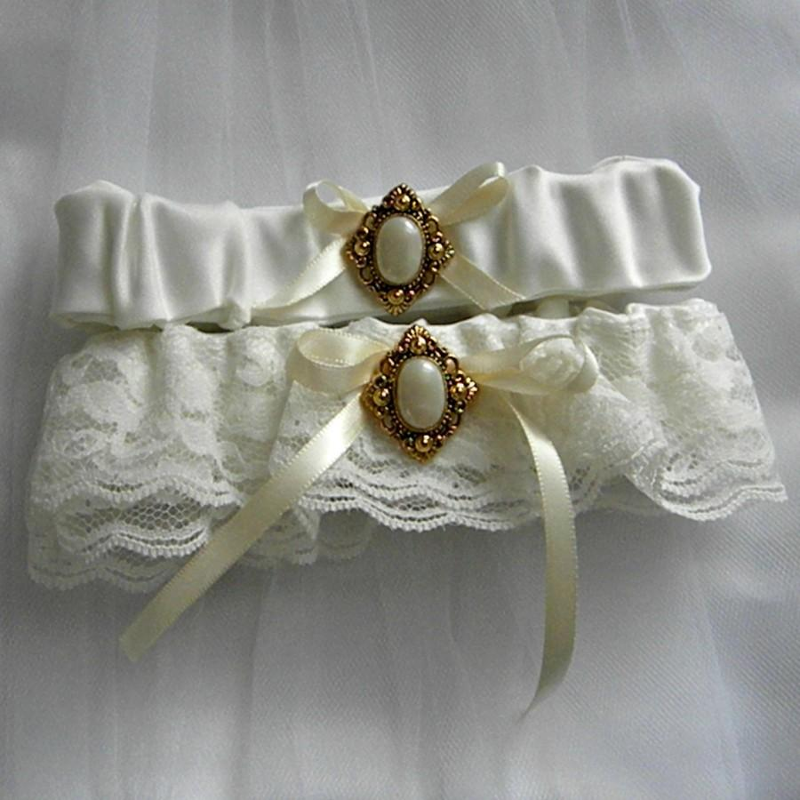 Mariage - Lace Wedding Garter Set, Antique look, Gold and pearly button, ivory lace & ribbon (includes keepsake and toss garters) -- Size Medium