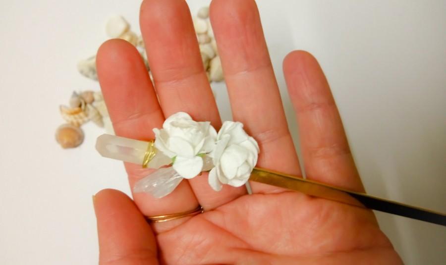 Wedding - Gemstone Hair Pick for Buns, Quartz Hair Stick, Flower Hair Pick, Boho Bridal Hair Piece, Wedding Hair Pick with Raw Stones and Flowers