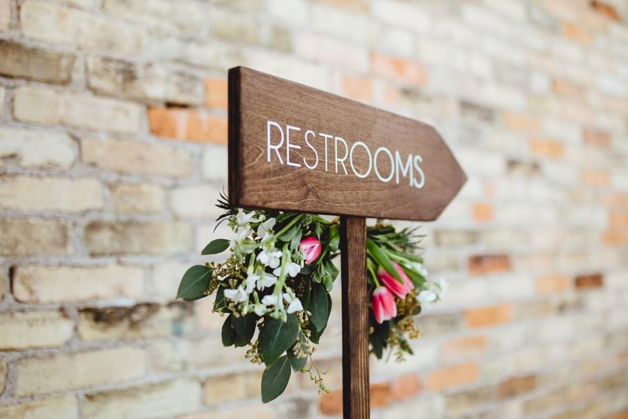 Mariage - Restrooms Directional Arrow Sign, Rustic Woodland Wedding Sign, Wood Wedding Arrow, Wedding Wood Sign, Restroom Sign Arrow, Bathroom Sign