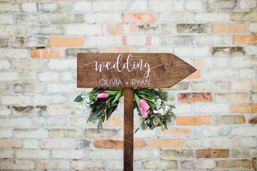 Свадьба - Personalized Wedding Rustic Wood Wedding Arrow with Stake, Rustic Wedding Wood Sign or Signage, Rustic Wedding Arrow for Ceremony