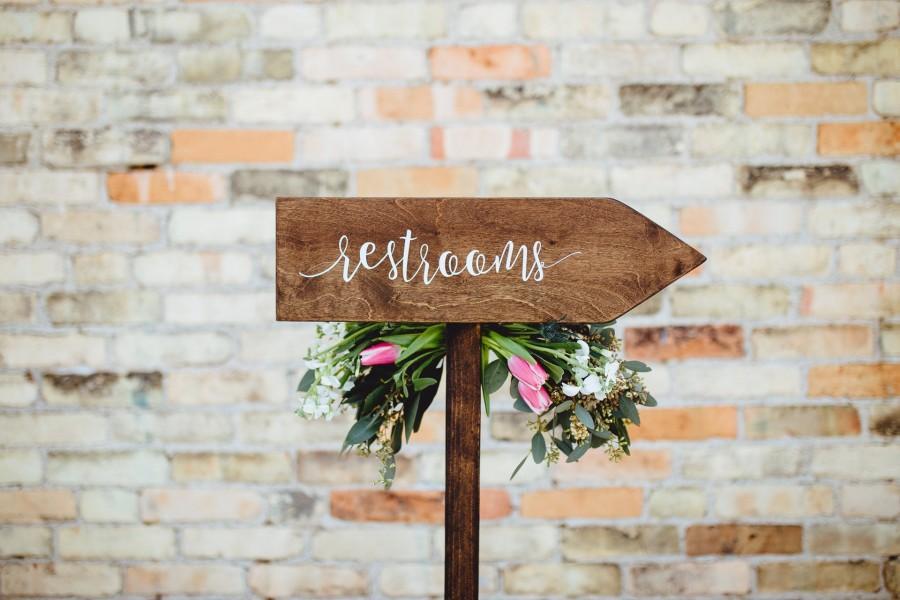زفاف - Restrooms Directional Arrow Sign, Rustic Woodland Wedding Sign, Wood Wedding Arrow, Wedding Wood Sign, Restroom Sign Arrow, Bathroom Sign