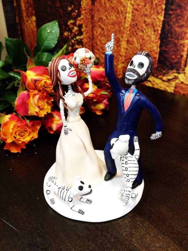 Hochzeit - Day of the dead wedding cake topper Halloween wedding Dia de los muertos Wedding on a bicycle Gothic style A couple of wedding skeletons