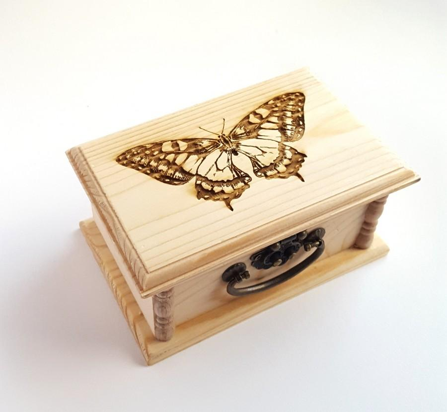 Hochzeit - Swallowtail Butterfly Latched Wooden Box : Free Engraved Personalization