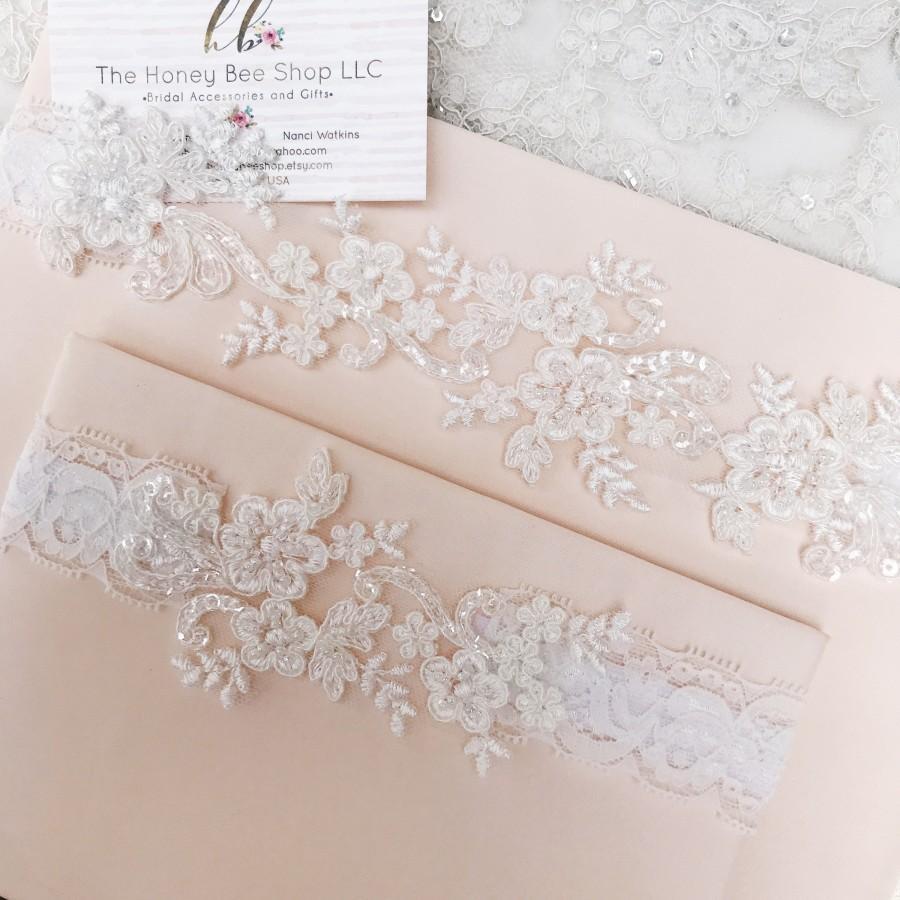 Mariage - Light ivory wedding garter set, no slip grip garter toss keepsake gorgeous lace bridal garter belt antique white cream plus size petite flat