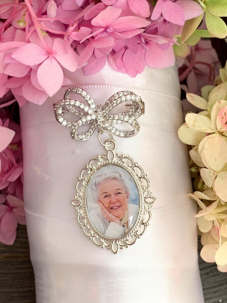 Свадьба - Custom Wedding photo Memory Charm and pin to attach to bride bouquet Gift for bridal shower - Remembering Loved ones
