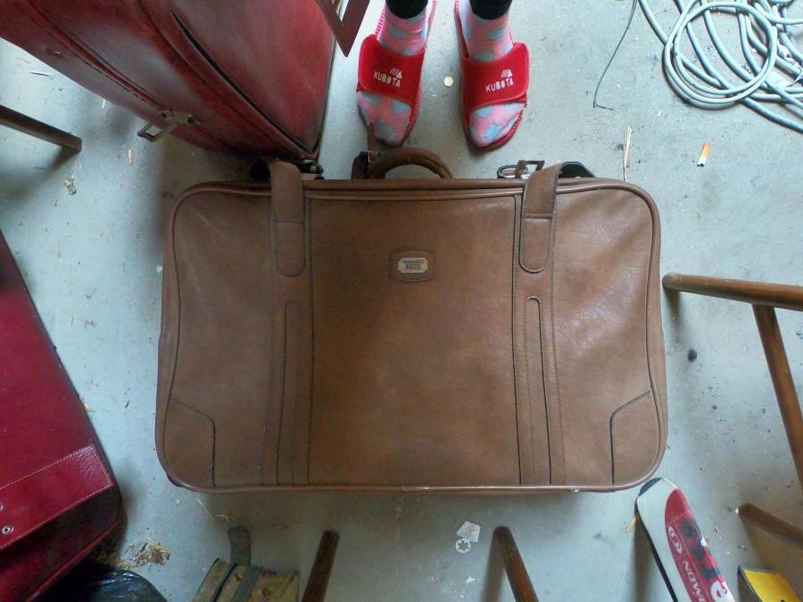 زفاف - Old retro leather suitcase