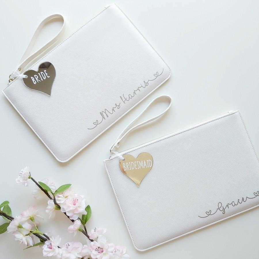 Свадьба - White Personalised Bridesmaid Clutch Bag, Silver Text & Tag, Bridesmaid Wrist Bag, Bride Clutch Bag, Hen Party Gifts
