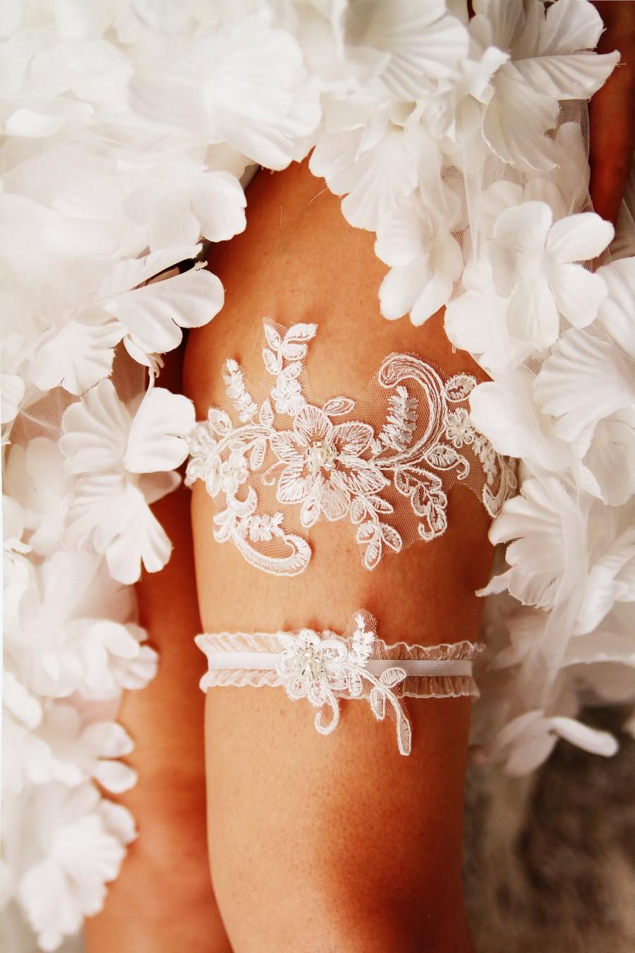 Свадьба - Wedding Garter Set Bridal Garter - Ivory Lace Garters - Keepsake Garter Toss Garter Wedding Gift Bridal Shower Gift Vintage Inspired Garter
