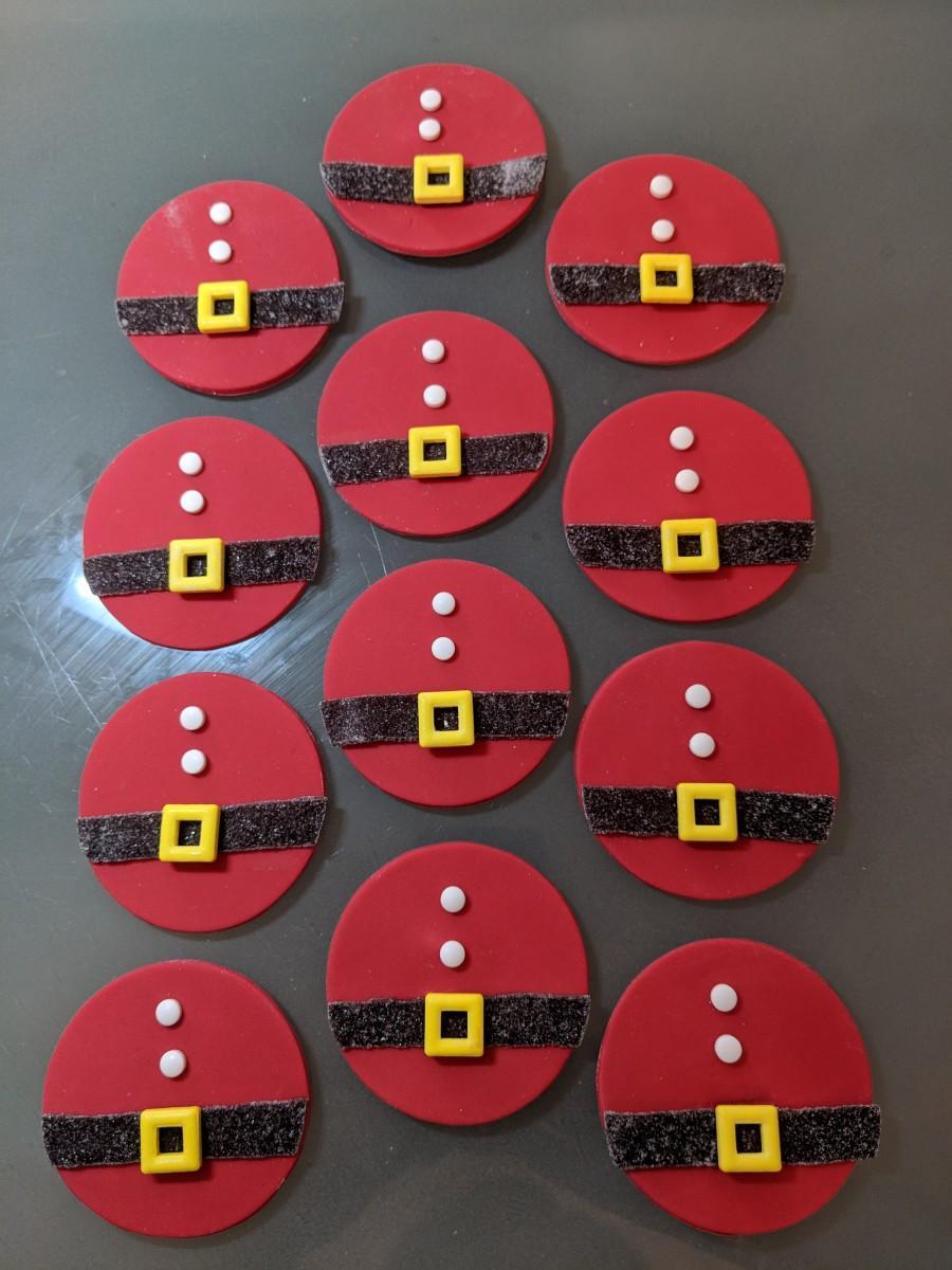 Свадьба - 12 Edible Santa cupcake toppers / Christmas/ gum paste / gumpaste fondant
