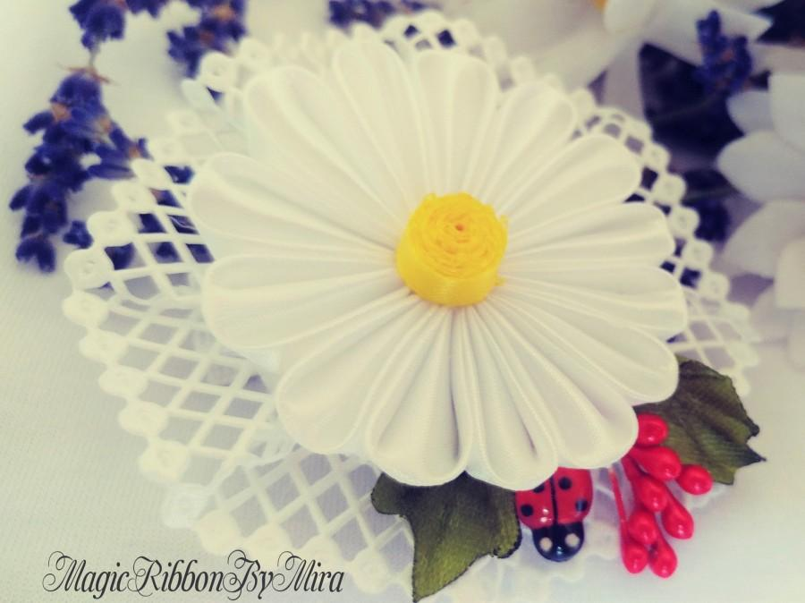 Hochzeit - White Daisy and Berry Kanzashi Hair Clip, White Flower hair Clip, Floral hair piece, Daisy Flower Hair or Hat Accessory, Daisy Brooch