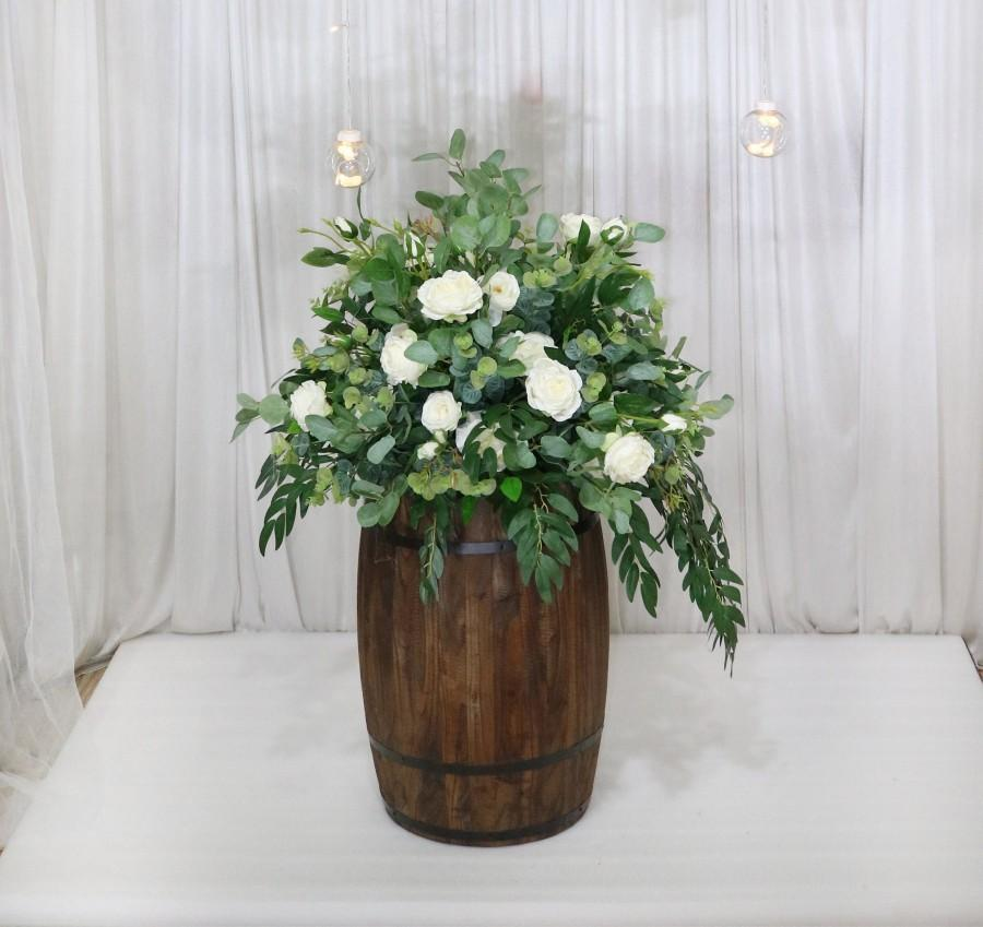 Mariage - Whiskey Barrel Centerpiece, White Rose Wedding Flower centrepiece, Table Arrangement, Wine Barrel Flowers, Rustic centrepiece