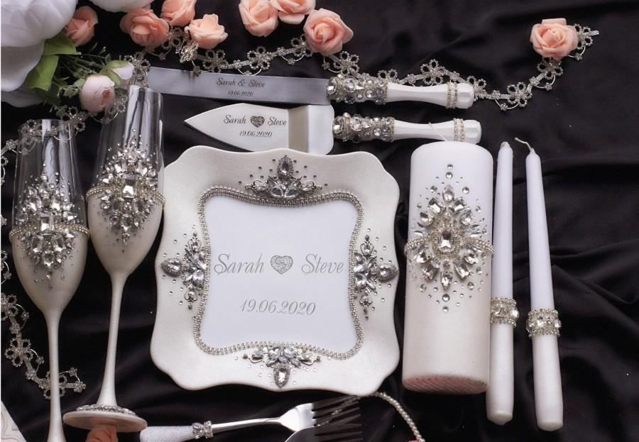 Hochzeit - Wedding Glasses for bride and groom Wedding cake server Personalized Wedding flutes Wedding Unity candles White Wedding plate Wedding forks