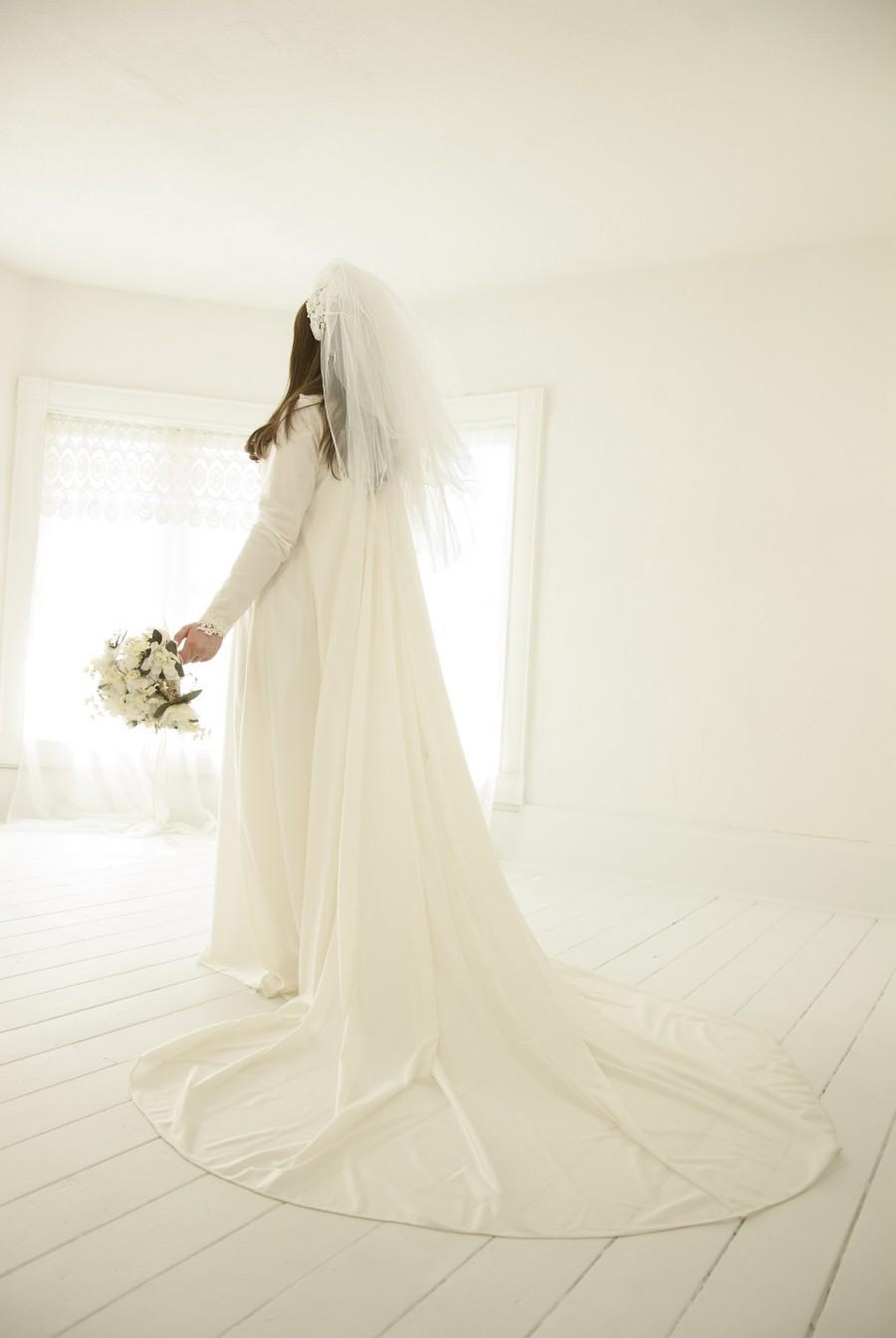 Mariage - Vintage long-sleeve wedding dress, off-white train boho gown, Victorian simple modest 1970s retro M L