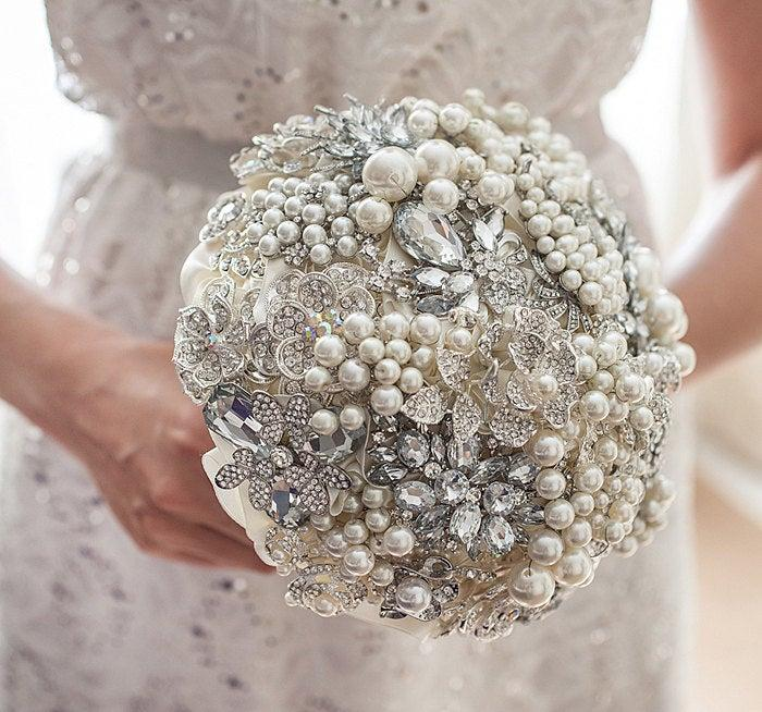 Mariage - Brooch bouquet.  Ivory and Silver pearls wedding brooch bouquet, Jeweled Bouquet. Quinceanera keepsake bouquet