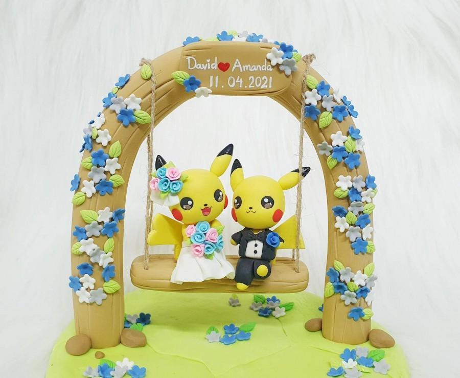 Mariage - Pikachu couple wedding cake topper, wedding decoration handmade clay
