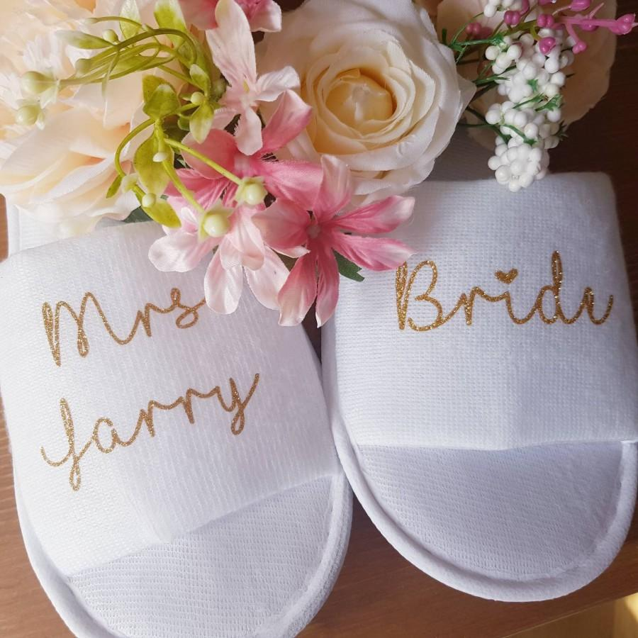 Hochzeit - Bride slippers, bridesmaid slippers, bride to be slippers, wedding day, hen party favours, personalised wedding slippers, hen weekend gifts