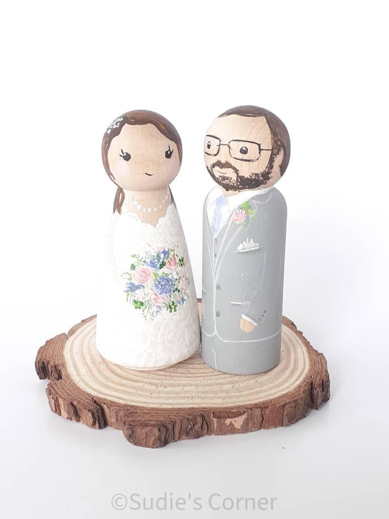 Свадьба - Customized Wedding Cake Topper, personalized peg dolls,  figurines, anniversary gift, bride and groom, wedding figurines, Mr Mrs, miniatures