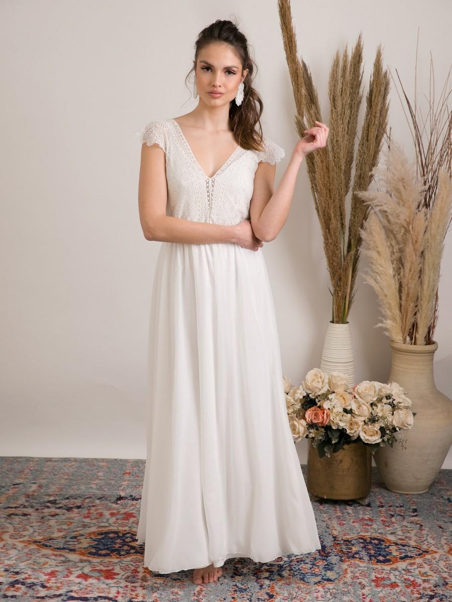 Mariage - Effortlessly beautiful rustic boho wedding dress, features stunning handmade floral lace top and full circle skirt for dramatic silhouette.