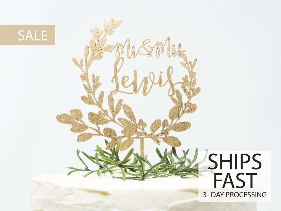 Свадьба - Custom  Wreath Wedding Cake Topper, Custom Calligraphy Mr and Mrs Wedding Cake Topper Gold Personalized Cake Topper