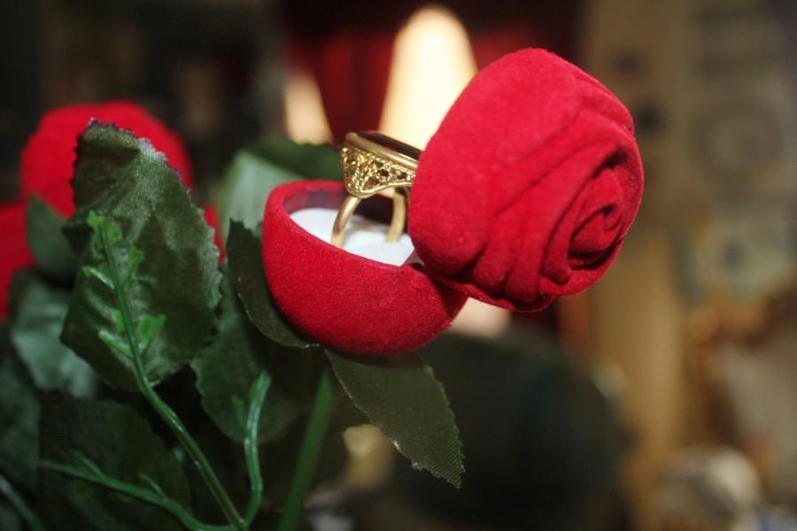 Свадьба - Ring box, rose ring box, velvet ring box, red ring box, flower ring box, ring holder