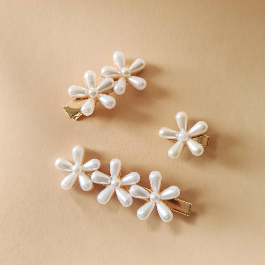 Hochzeit - Pearl flower bridal hair accessory hair clip wedding brides bridesmaids hair gift