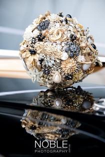 wedding photo - Lillybuds Decadence Gold und schwarze Hochzeits-Bouquet Of Broschen