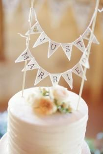wedding photo - Cute 'just Married' Cake Topper