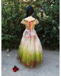 wedding photo - Vintage Zombie Bride 1950 Incrusté avec les insectes, le sang et terre de cimetière