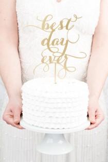 wedding photo - Meilleur jour jamais gâteau de mariage Topper - Gold