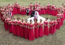wedding photo - Cette mariée a 80 demoiselles d'honneur!
