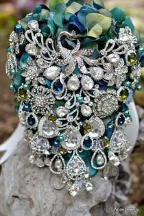 wedding photo - Vintage inspirierte Knickente und blauer Pfau Brosche Bouquet - Einlage auf einem Hochzeits Brosche Pfau Cascading Bouquet
