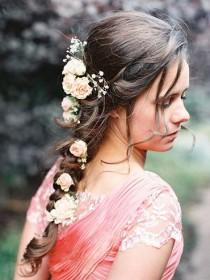 wedding photo - Frische Blumen aus geflochtenem Haar
