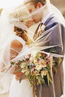 wedding photo - 10 Most Creative Wedding Kiss Photos