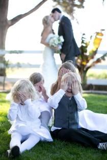 wedding photo - 42 Ideas Para Fotos De Boda Increíblemente Divertidas Que Vas A Querer Copiar