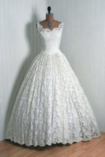 wedding photo - 1950's Cahill Beverly-Hills Couture Ivory-White French Chantilly-Lace Scalloped Low-Cut Plunge Sweetheart Sleeveless Nipped-Waist Rockabilly Ballerina-Cupcake Princess Circle-Skirt Bombshell Full-Length Formal Wedding Cocktail Party Gown Dress