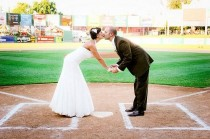 wedding photo - Baseball Wedding Photo Idea