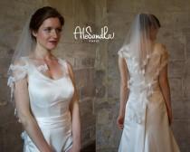 wedding photo - Elbow length veil/ Fingertip lace wedding veil/ Ivory/ pearls comb/ custom made chapel cathedral lace veil/ HANDMADE/ Voile de mariée