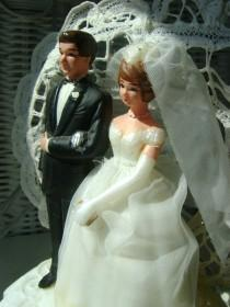 wedding photo - Charming 50s vintage bride and groom caketopper in VGVC