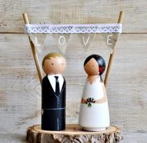 wedding photo - Novios Madera Personalizados Pastel Boda. Cake Topper Rústico Personalizado Boda, Figuras novios madera con base rodaja tronco y guirnalda