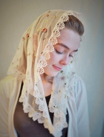 wedding photo - Embroidered Rose Ivory Lace Mantilla